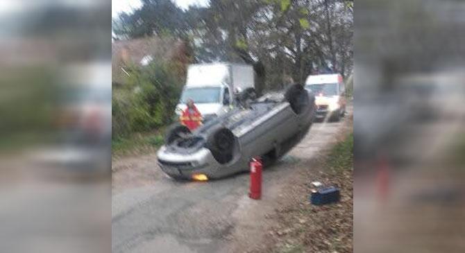 Tetejére borult egy autó Piliscsabán