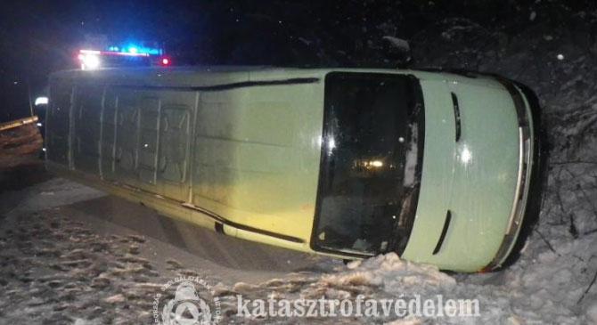 Oldalára borult egy kisteherautó Huta közelében