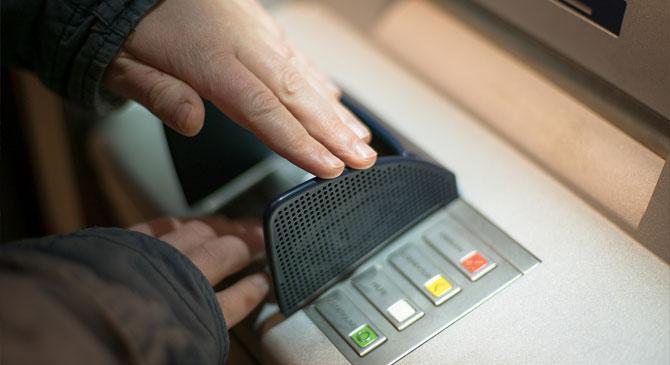 Jogtalanul használta ismerőse bankkártyáját a piliscsévi férfi