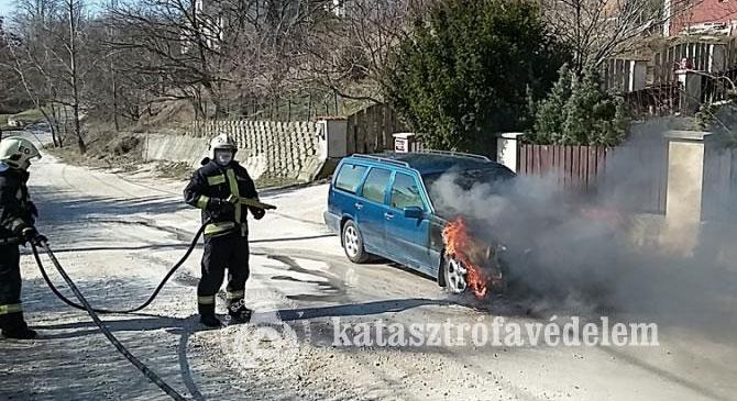 Személygépkocsi lángolt Pilisjászfalun