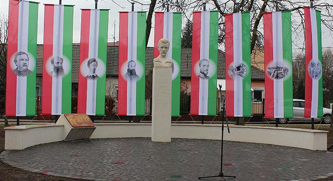 Felavatták az új Petőfi-szobrot