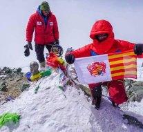 7134 méteren lobog Dorog zászlaja