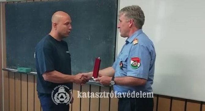 Egy esztergomi tűzoltó munkáját ismerték el