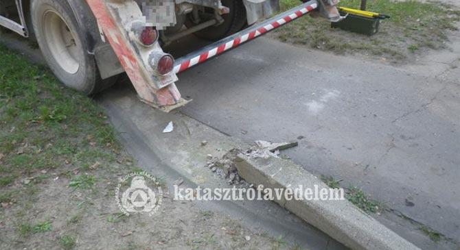 Teherautó által kidöntött kandeláber zuhant rá egy nőre Dorogon