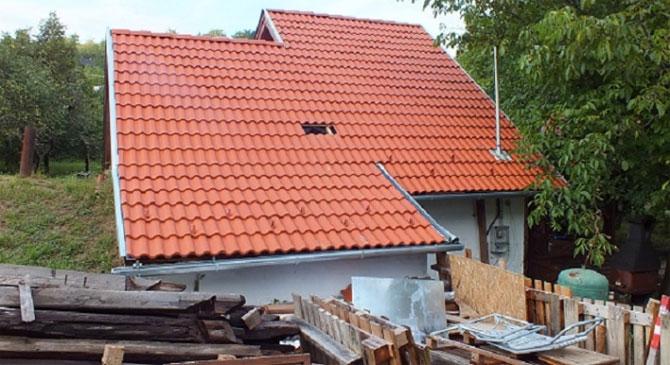 Alkohol miatt egy ház cserepeit bontották meg Tokodon