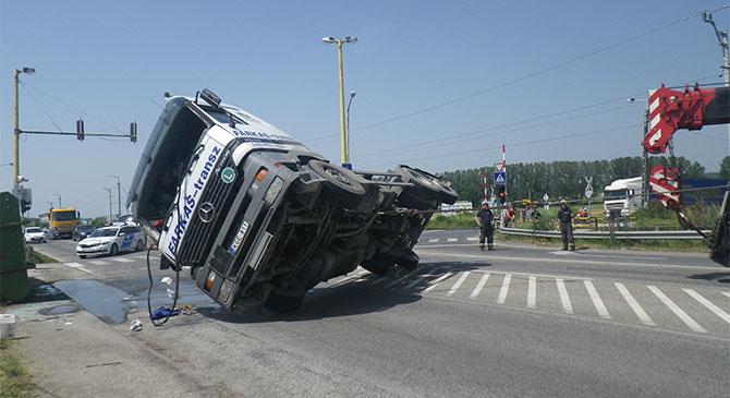 Fotók a teherautó-balesetről