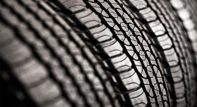 Lábatlan: autógumikat lopott egy nő