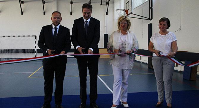 Felavatták az esztergomi József Attila Általános Iskola megújult tornatermét
