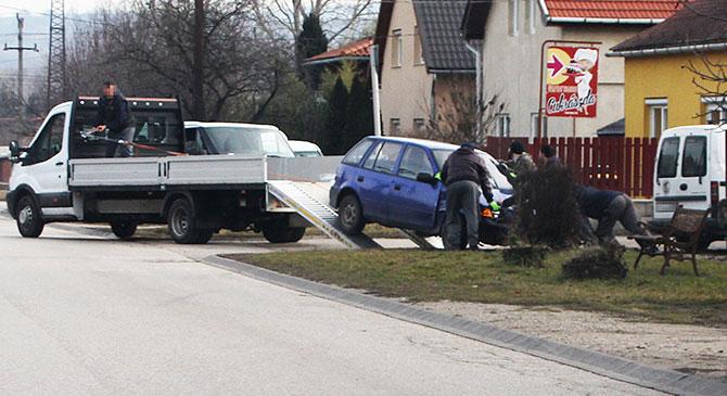 Egy ház kerítésének csapódtak Dorogon, hárman is megsérültek