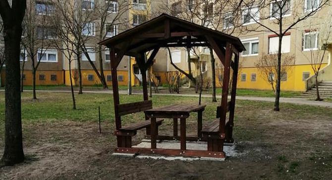 Asztallal és padokkal felszerelt pavilonokat telepítettek Dorogon