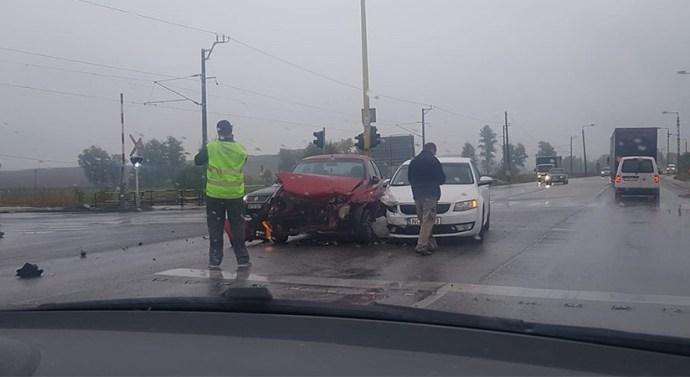 Két személyautó ütközött össze a kesztölci elágazásnál