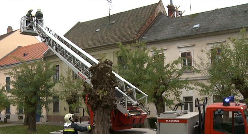 Egy veszélyes kémény miatt riasztották a tűzoltókat