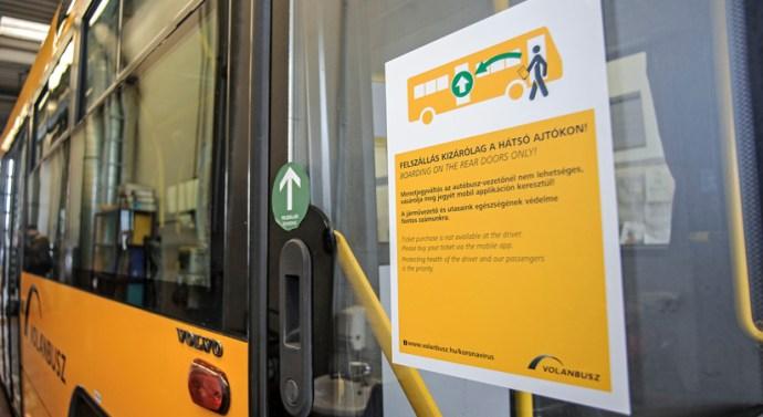 Felfüggesztik az első ajtós felszállást az autóbuszokon