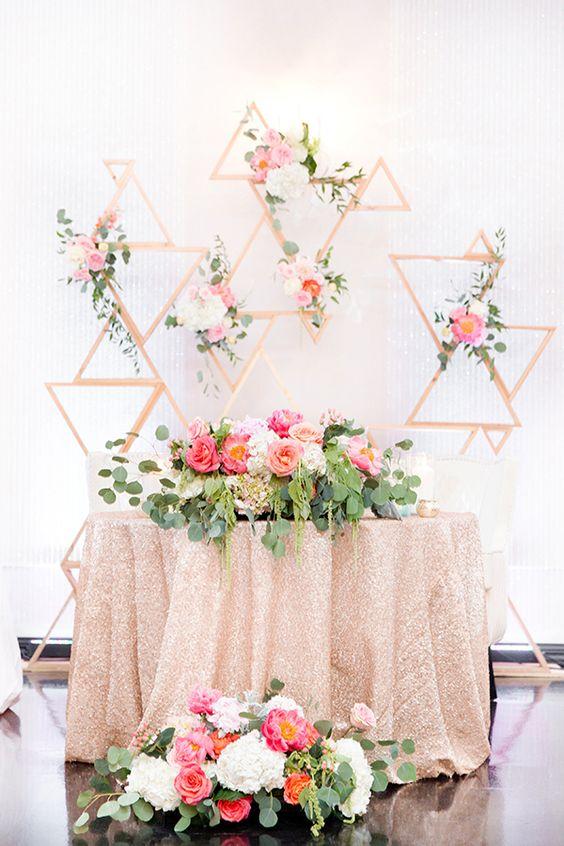 Miejsce pary młodej na weselu, Dekoracje sali na wesele, Dekoracje za stołem pary Młodej, Miejsce na weselu dla Pary Młodej, Papierowe kwiaty, Ściana z pomponów, Ściana z z kwiatów, W stylu vintage i Boho dekoracja na wesele
