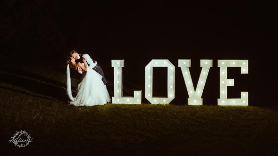 Napis love na wesele, Ślub cywilny w plenerze, Ślub polsko brytyjski, ślub polsko szkocki, wesele w Krakowie, ślub w Krakowie, ślub w plenerze, miejsce na ślub i wesele Kraków, Organizacja ślubu Kraków, Ślub międzynarodowy,