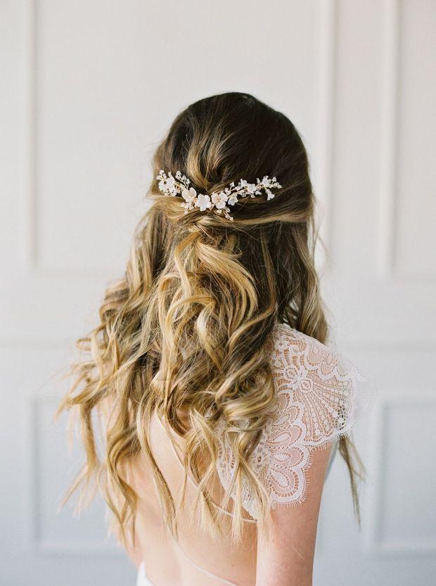 luźne włosy do ślubu, Upięcia ślubne, Fryzury ślubne 2020, Trendy ślubne 2020, ślub 2020, Wedding hair trends 2020, Wedding Trends 2020, Flower bouquets hair, Kwiaty do ślubu, inspiracje ślubne, ślubny lookbook, blog ślubny