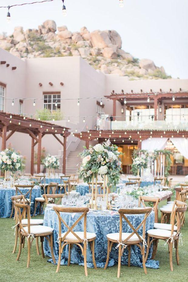 Ślub w plenerze, niebieskie dekoracje stołów na wesele, Ślub w kolorze klasyczny niebieski 2020, classic blue wedding 2020, inspiracje ślubne, kolor roku 2020, modne śluby, trendy ślubne 2020, ślubny blog, dekoracje ślubne w kolorze niebieskim, ślub w niebieskim