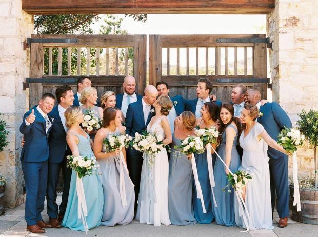 Para Młoda 2020, Druhny i drużbowie, modne śluby, trendy ślubne 2020, ślubny blog, dekoracje ślubne w kolorze niebieskim, ślub w niebieskim