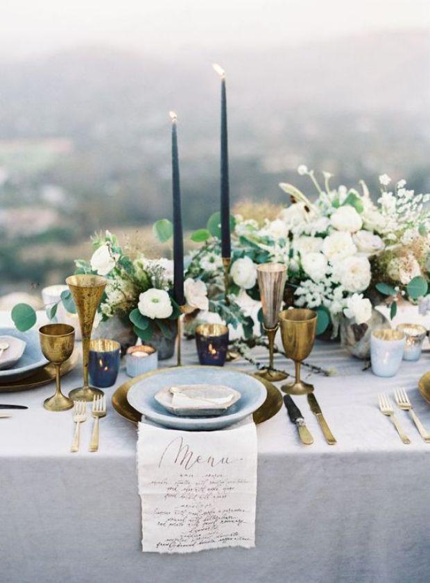 niebieskie dekoracje stołów na wesele, Ślub w kolorze klasyczny niebieski 2020, classic blue wedding 2020, inspiracje ślubne, kolor roku 2020, modne śluby, trendy ślubne 2020, ślubny blog, dekoracje ślubne w kolorze niebieskim, ślub w niebieskim