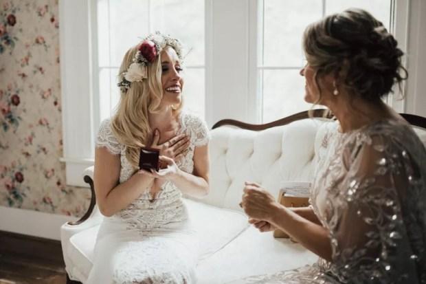 Ślubny prezent dla Pary Młodej od rodziców, Panna Młoda z mamą, dzień ślubu, prezenty ślubne, biżuteria ślubna