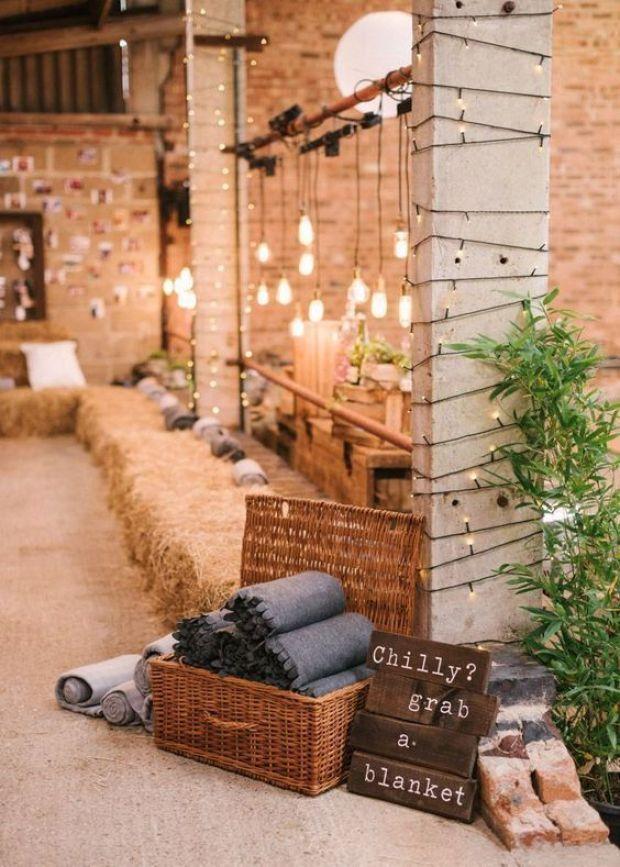 Strefa wypoczynku na weselu rustykalnym, stylowe dekoracje weselne, Stodała na wesele dekoracje