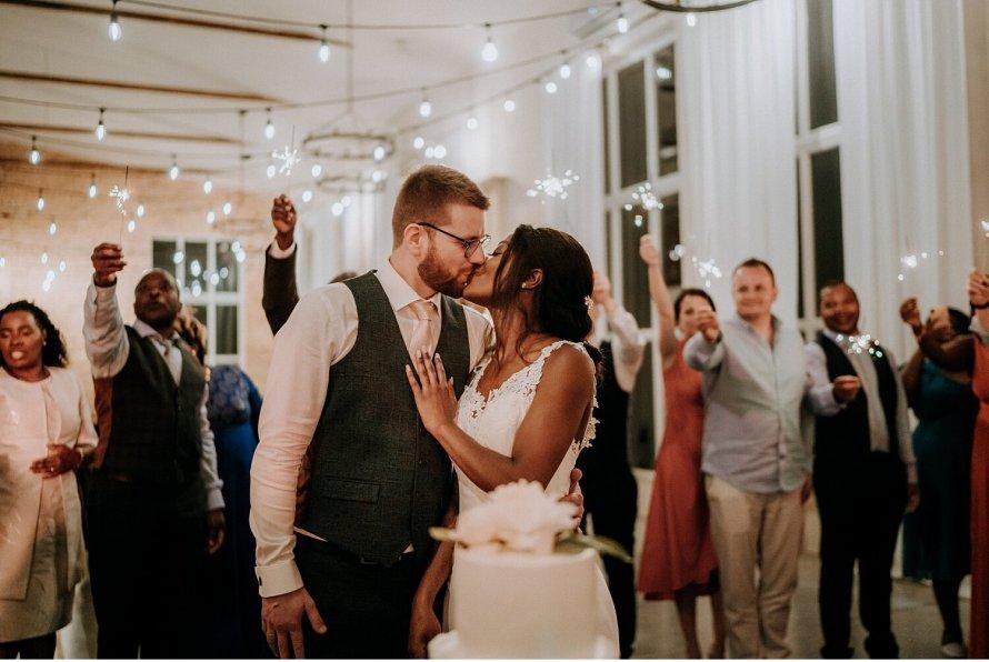 Tort weselny, wesele w Krakowie, polskie tradycje weselne, ślubny tort, krojenie tortu na weselu, pocałunek pary młodej, wesele polsko angielskie, wesele międzynarodowe