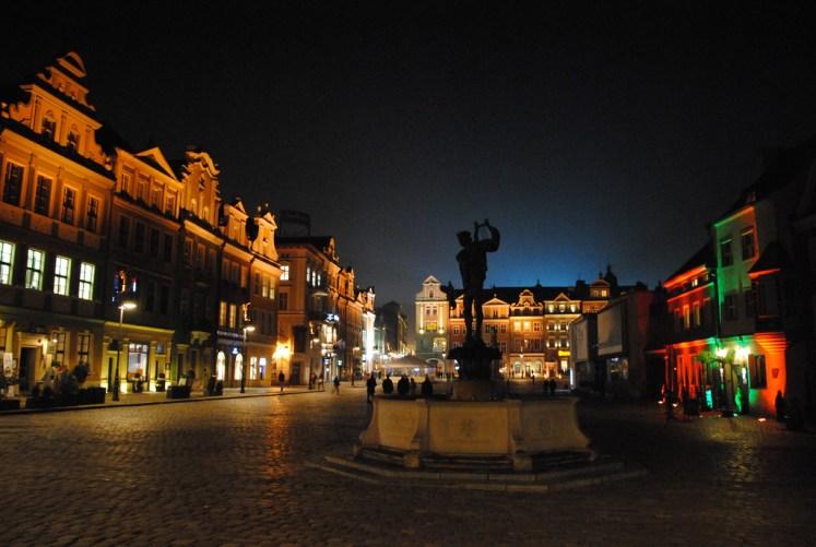 Poznański rynek nocą.