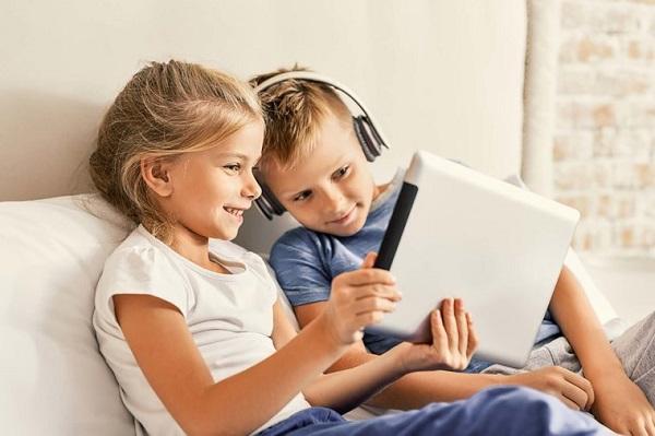 kids using tab