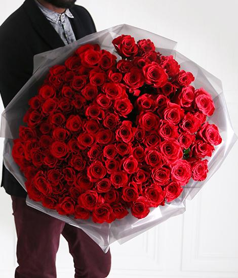 livrare 101 trandafiri la costum
