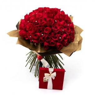 99 trandafiri si ciocolata in cutie catifelata, doar 1.259 RON