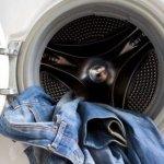 Как стирать джинсы, чтобы они не потеряли цвет