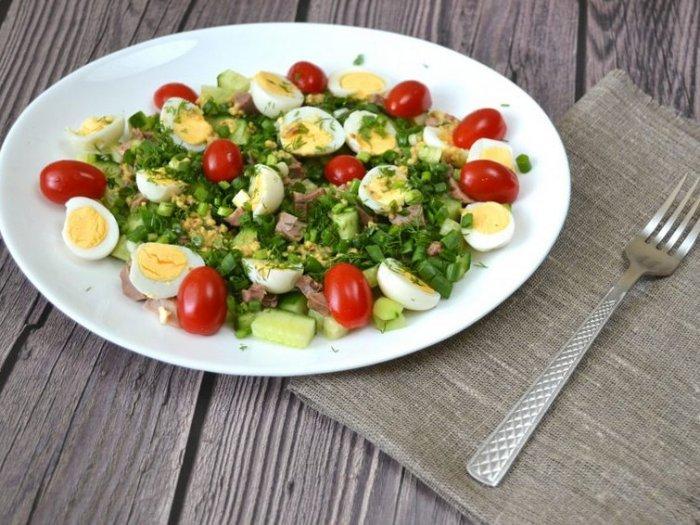 Летний салат из печени трески с огурцом
