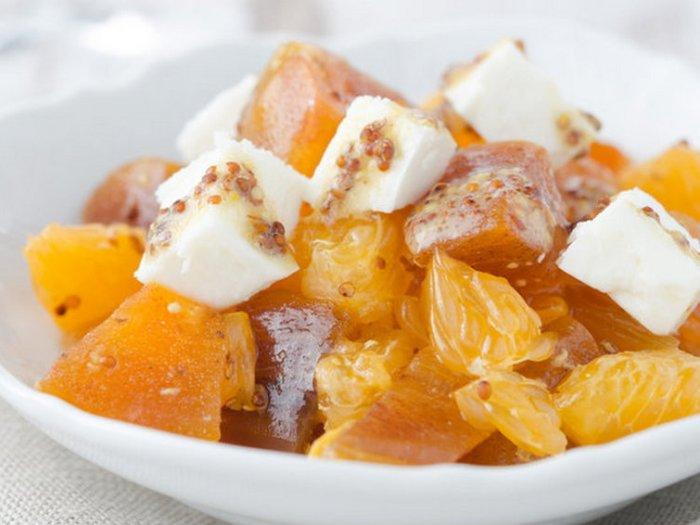 Салат из хурмы, мандаринов и сыра