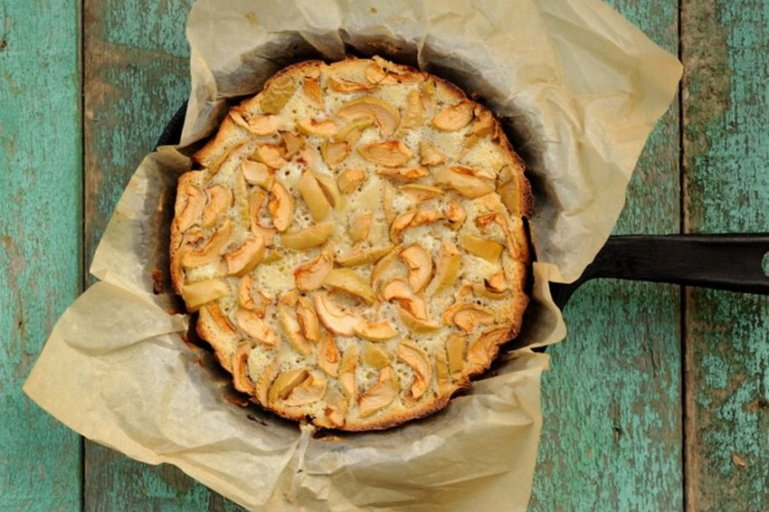 Простой рецепт шарлотки с яблоками на сковороде