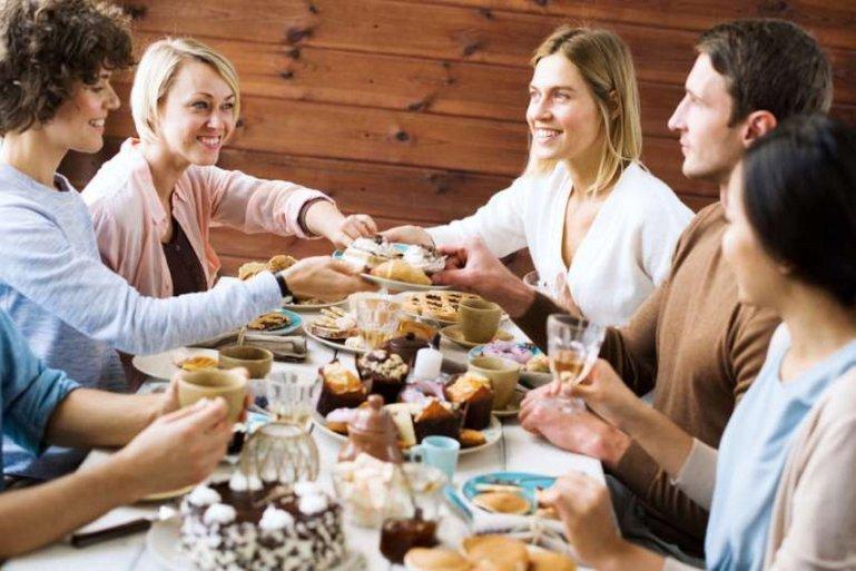 10 правил этикета за столом, которыми многие пренебрегают