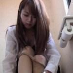 [無修正] トイレでこっそりオナする美人OL