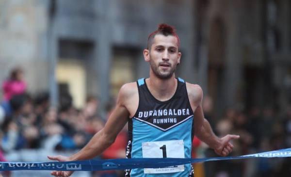 David García llega a meta. (FOTO Durangaldea Running)