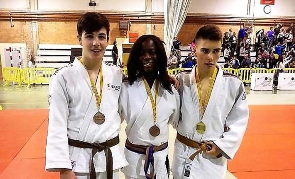 Los tres medallistas posan tras el certamen FOTO: Durango Judo