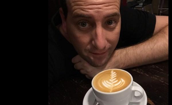 Sergio Gómez posa ante una taza de café