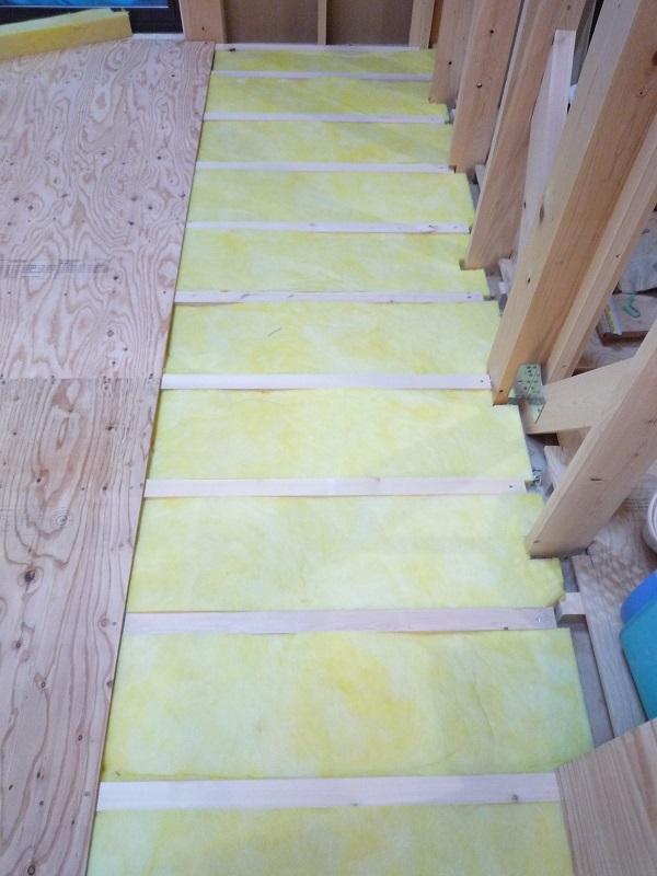 床下にグラスウール断熱材を施工
