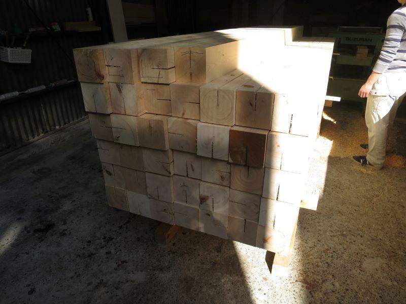 桧天然乾燥の柱を加工
