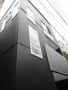 黒のガルバリウム鋼板でシックな外観