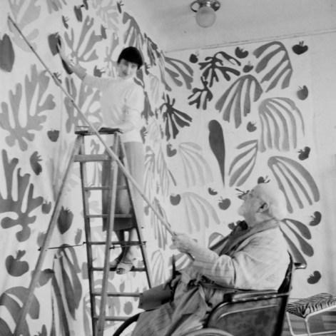 Matisse working at the Hôtel Régina, Nice, c. 1952 on The Parakeet and the Mermaid © Hélène Adant Centre Pompidou - Mnam - Bibliothèque Kandinsky - Hélène Adant