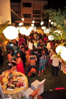 Evento foi na casa da noiva, que estava toda decorada ao estilo Bollywood (detalhe paras as mascaras dos famosos de bollywood)