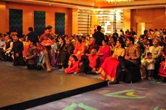Os noivos sentados prestando atenção nas apresentaçãos