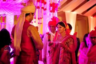 Este colares de flores servem como se fossem uma aliança na cerimônia, uma vez vestidos um no outro, é o processo de aceitação entre ambos