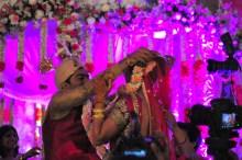 Na hora do noivo ir colocar o colar na noiva, a família dificultou o processo um pouco para ver o quanto ele ia se esforçar ahahha