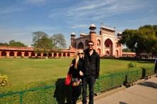 Nós chegando no Taj Mahal e o Dawarza de acesso a ele.