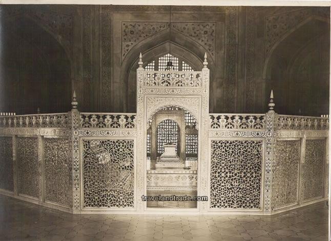 Esta estrutura circunda os 2 túmulos. Ao centro, Muntaz Mahal e a esquerda, Shah Jahan. Na verdade nesta parte de acesso ao público estão expostas as cópias dos túmulos, os originais ficam exatamente abaixo dessa estrutura.