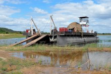 Alguns dos barcos que utilizam para transporte de grandes equipamentos de mineradoras e outras empresas que trabalham na região
